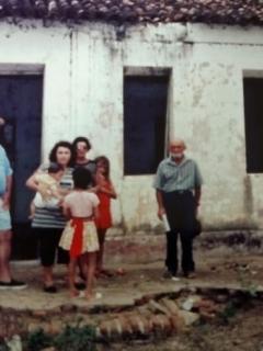 Juca em frente a casa de seu sogro Cícero Lero, na vila São Francisco.